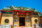 Socha draka na stožár. Čínská červená Lucerna. Čínský chrám. — Stock fotografie