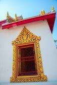 Ein Fragment von einem vergoldeten Fenster. Buddhistische Tempel. Schönes Religiöses Gebäude ist weiß mit Goldverzierung. Ayutthaya. Thailand. — Stockfoto