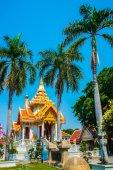 Buddhistic temple.Palm trees on blue sky background. Ayutthaya. Thailand. — Stock Photo
