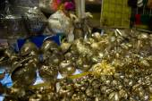 Kleine Souvenirs en beeldjes, markt op de straat. Cambodia, Phnom Penh — Stockfoto