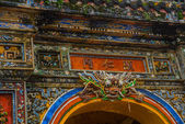A fragment of an ornament with dragon and flowersEntrance of Citadel, Hue, Vietnam. — Stock Photo