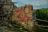 映画嵐ゲートをダウンロード彼の山々 の背景に要塞。ゲレンジク地区。ロシア. — ストック写真