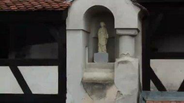 Romania. Bran. Dracula castle. Statue. — Video Stock
