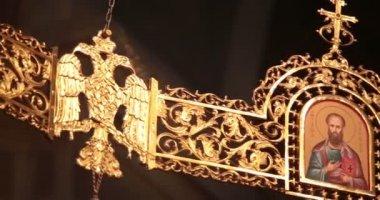 Кафедральный собор. Черновцы, Украина. Люстра. Значок. Двуглавый орел. — Стоковое видео
