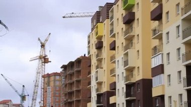 Construction. Building. Cranes. Focus pull. — Stock Video