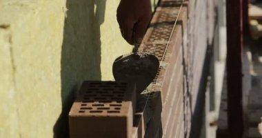 Construction. Man lays bricks. — Stock Video