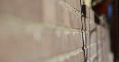 Construction. Man lays bricks. Focus pull. — Stock Video