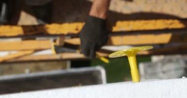 Bouw. Man hamers in stokjes. — Stockvideo