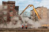 MOSCOW - MARCH 25, 2015: excavator demolishes building 205 schoo — Stock Photo