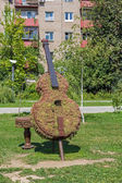 Green topiary statue of bass viol — Stock Photo