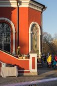 Parishioners in courtyard of Temple of Annunciation in Petrovsky — Stock Photo