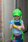 Petite fille star du rock dans une perruque avec guitare — Photo