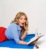 Překvapený dívka s knihou v ruce retro — Stock fotografie