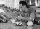 Pappa lagar mat en frukost — Stockfoto