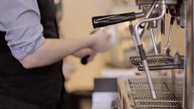 Barista tamping the grind coffee for espresso. Out of focus background. — Stock Video