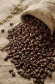 Kávová zrna v žíně — Stock fotografie