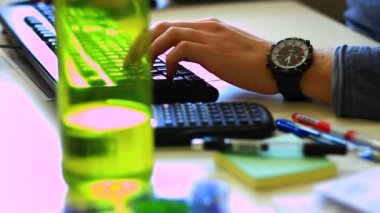 Businessman working in office — Stock Video