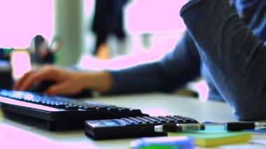 Empresario trabaja en oficina — Vídeo de stock