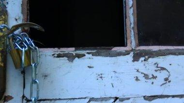 Old door with chain — Stock Video