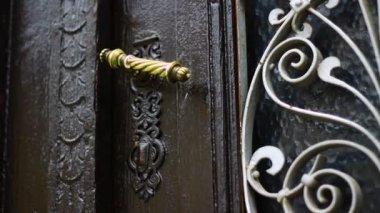 Antigua puerta de metal — Vídeo de stock