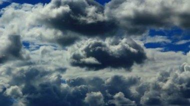 Bulutlar mavi gökyüzü — Stok video