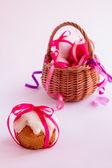 Wielkanocne ciasto i pisanki. — Zdjęcie stockowe