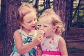 可愛い小さな女の子 (姉妹) 夏に食べるアイス、 — ストック写真