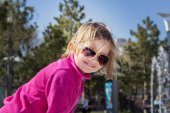 Beautiful little girl in sunglasses. — Stock Photo