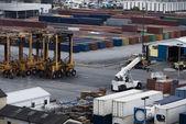 Промышленный порт с контейнерами — Стоковое фото