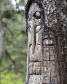 Tree carved by native Tlingit indians — Stock Photo