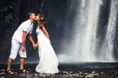 Kissing couple just married — Zdjęcie stockowe
