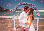 Casal de noivos recém casados — Fotografia Stock