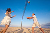 Couple playing volleyball — Stock Photo