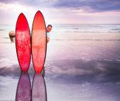 Funny couple of surfers on coast in Indonesia — Stock Photo