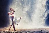 Couple travel near the waterfall — Stock Photo