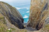 Rock cliffs on the background of emerald sea. Bretagne, France. — Stock Photo