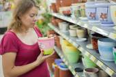 A woman in a supermarket. — Stock Photo