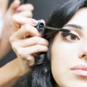Make-up Artist du Make up für schöne arabische Frau — Stockfoto