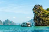 Boat docking in front of big limestone rock in Phang nga bay, Thailand — Stock Photo