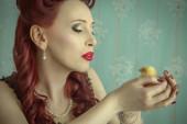 ピンナップ ガールのひよこをキス — ストック写真