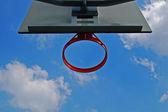Canestro da basket e il cielo — Foto Stock