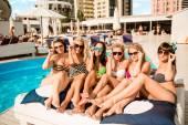 Счастливые девушки на пляже. красивые подружки, лежа на шезлонге — Стоковое фото