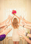 The bride throws her bouquet. — Stock Photo