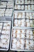 Matérias-primas de polvo está pronta para ser congelado na bandeja em uma fábrica de frutos do mar no Vietnã — Fotografia Stock
