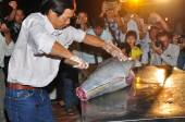 Phu Yen, Vietnam - April 1, 2014: An expert is performing tuna fillet techniques at Vietnam seafood festival in Tuy Hoa city — Stock Photo