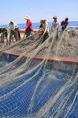 Nha Trang, Vietnam - 05 de mayo de 2012: Se arrastre de los pescadores de atún en el mar de Nha Trang bay en Vietnam — Foto de Stock