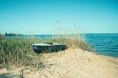 ビーチで古いボート — ストック写真