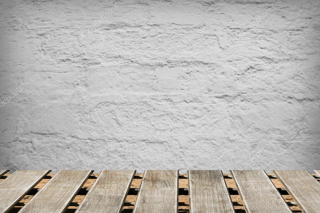 Camera con un muro di cemento e pavimenti in legno — foto stock ...