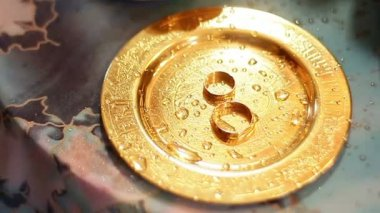 Wedding rings on a golden platter — Stock Video