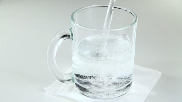 Agua mineral en un vaso — Vídeo de stock